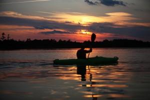 Een goede geestelijk begeleider/verzorger probeert zijn cliënt in enkele gesprekken naar rustiger vaarwater te coachen waarbij de client nadrukkelijk zelf de peddel blijft bedienen. Foto David Mark/Pixabay.com